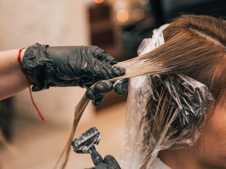Para se të lyeni flokët, lexoni këtë artikull