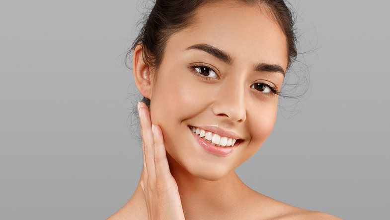 20 këshilla të shpejta për fytyrë pa akne, sugjeruar nga
