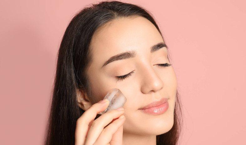 Gratë po përdorin akull në fytyrë për