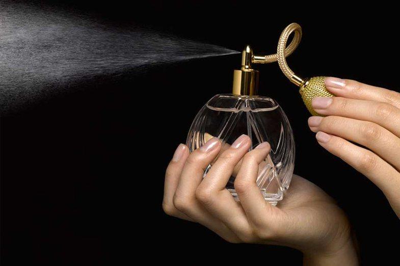Nuk ju zgjat aroma e parfumit? Përdorni këto truke fare të