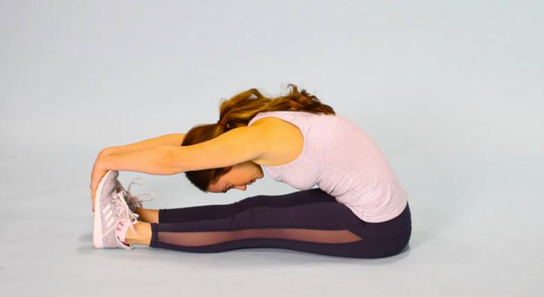 8 ushtrime të thjeshta stretching që mund t'i bëni para se