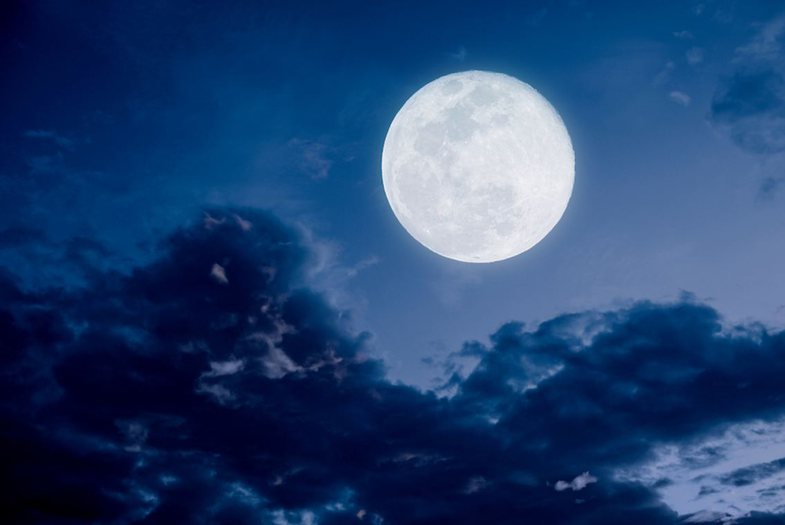 According to an astrologer: How the full moon affects your night's dreams