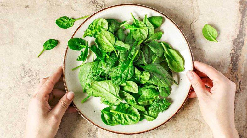 10 ushqimet më të mira që parandalojnë rrudhat dhe e
