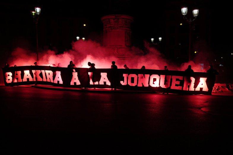 Njerëzit revoltohen për banderolat fyese për Shakira-n