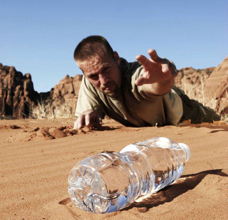5 arsye të mundshme pse ndiheni si të etur për ujë