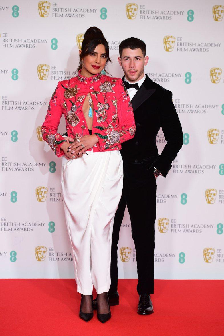 Veshjet më të mira të yjeve në BAFTA 2021