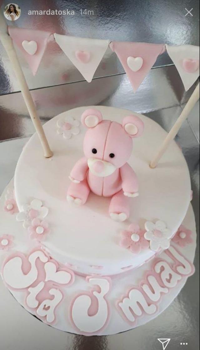 -640-0-5b1fcc6db0a38 Festë në familjen e Ermal Mamaqit, shikoni tortën e bukur për vajzën
