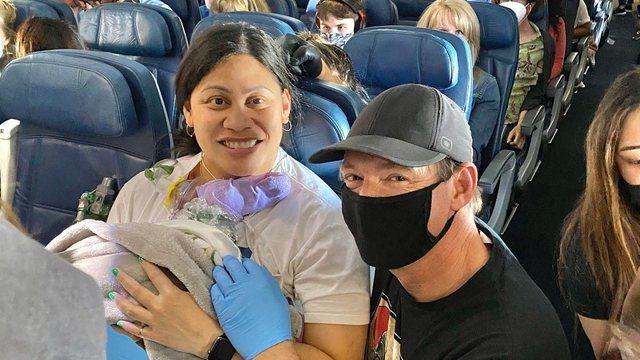 Po shkonte me pushime në Honolulu, gruaja lind në avion