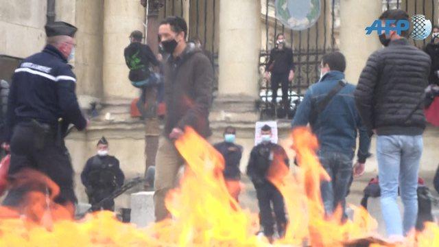 Protestat në Francë, aktivistët lidhen me zinxhirë në