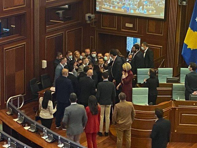 UÇK trazon Kuvendin e Kosovës, përplasje dhe