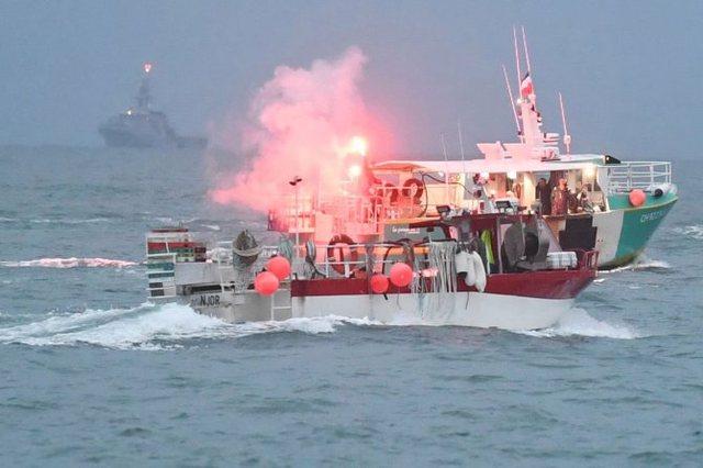 Peshkarexha franceze përplas qëllimisht anijen britanike, momente
