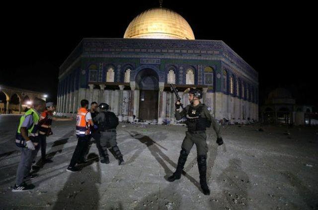 Policia izraelite përplaset me besimtarët palestinezë brenda