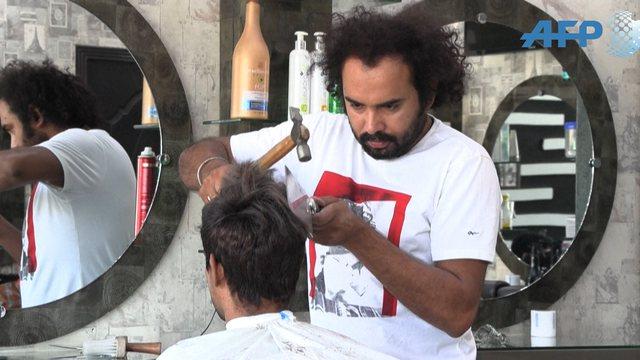 Berberi pakistanez ofron prerje flokësh me zjarr dhe hanxhar