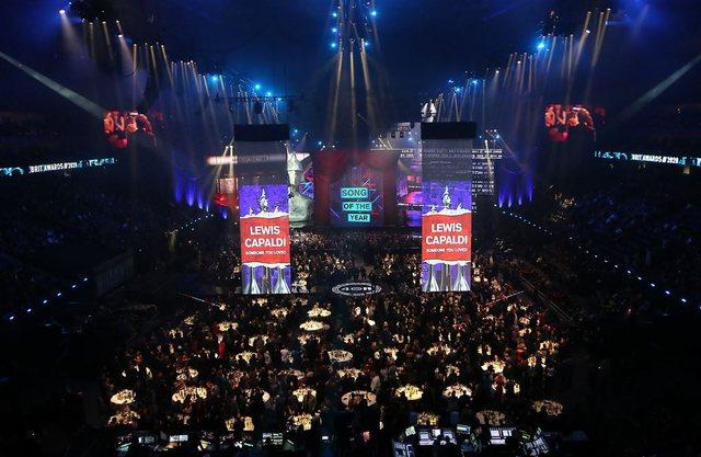 Britanikët nisin festat, Brit Awards do të ndiqet nga publik i