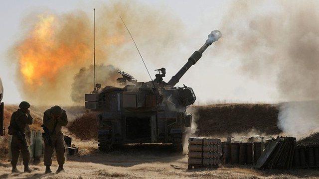 Izraeli intensifikon sulmet në Gaza, ndërhyn nga toka