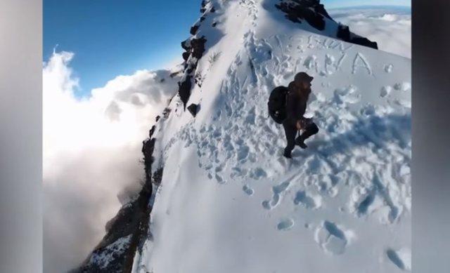 Alpinisti kap majën e malit në 360 gradë, pamjet janë