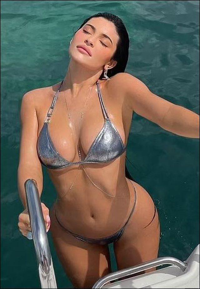 Kylie Jenner pozon me bikinit e  argjendta dhe duket spektakolare