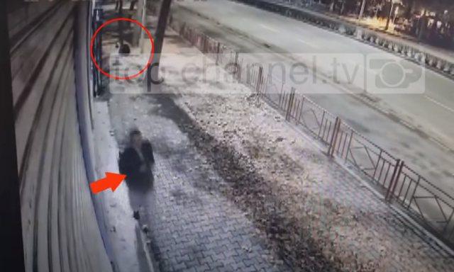 Del videoja e vrasjes së Klodianit, polici rrëzohet vetë dhe