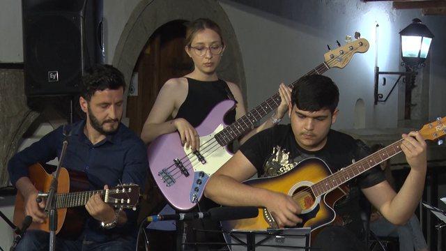 Shfaqja me kitare /Nxënësit e Shkodrës:Na kishte marrë malli
