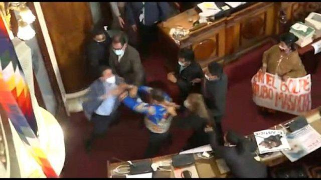 Shikoni videon/ Shkelma dhe grushte, deputetët përplasen fizikisht