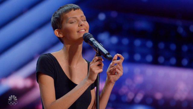 Me kancer në mushkëri, 30-vjeçarja mahnit publikun me