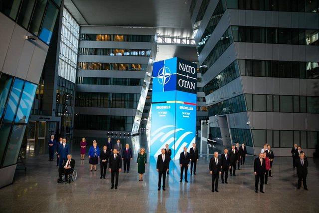 Rama poston foto nga Samiti i NATOS-së/ Kryeministri takim miqësor me
