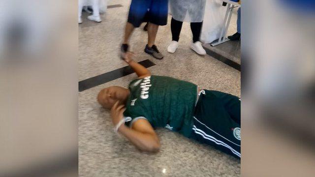 Video/ Frika nga gjilpërat, burrit i bie të fikët ndërsa