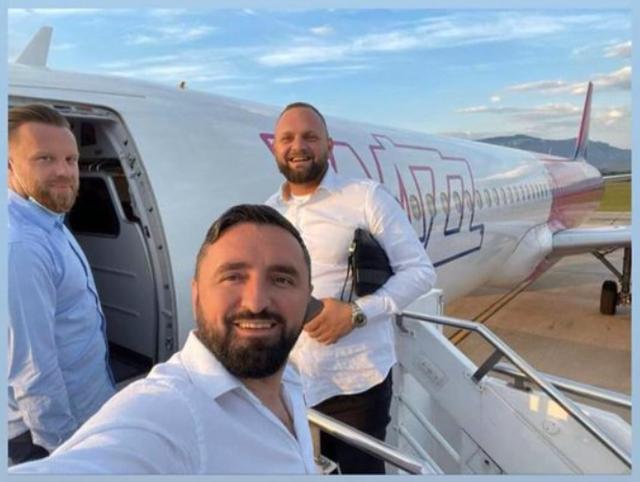 Foto/ Halit Valteri, Klajdi Qama dhe Ylli Shehu në udhëtim me avion,