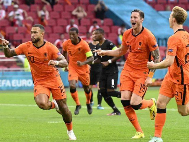 Holanda dominuese me Austrinë. Kalon në 1/8 si e para në Grupin C