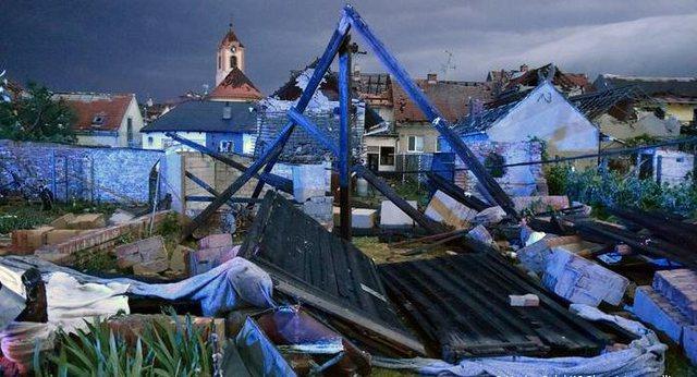 Shikoni videon, tornado rrafshon fshatrat në Çeki, raportohet