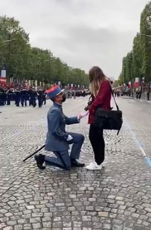 Video / Ushtari bën  propozimin e veçantë  për
