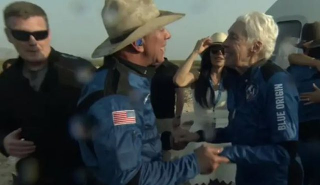 Fluturoi në hapësirë me Jeff Bezos/  82-vjeçarja e