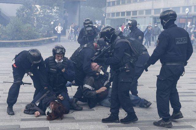 Mijëra protestues francezë marshojnë në rrugë