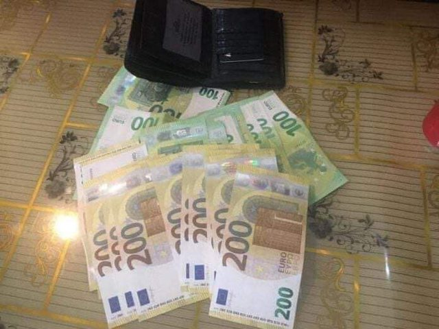 E rrallë! Shqiptari gjen kuletën me 6 mijë euro, ia kthen pronarit