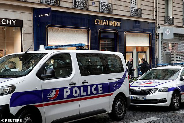Burri me skuter vjedh miliona euro bizhuteri në një dyqan në