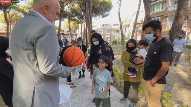 """Me """"duart plot"""", Rama viziton afganët në Durrës, u jep"""