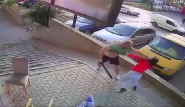 Video shokuese nga Prishtina/ Në mes të ditës burri sulmon dhe