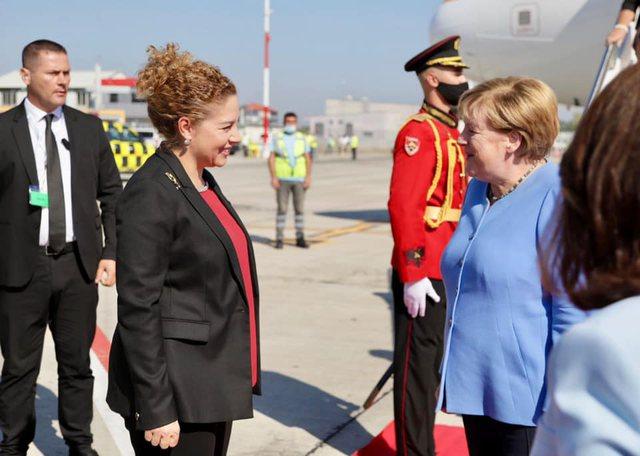 Fotolajm/ Momenti kur Angela Merkel zbret në Rinas, ja kush e priti