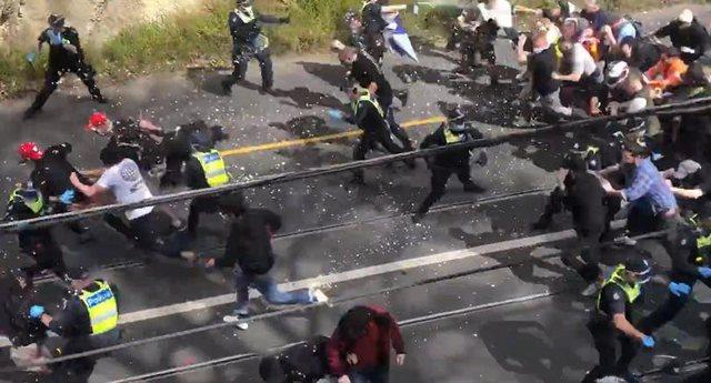 Protesta të dhunshme kundër izolimit, policë të plagosur dhe