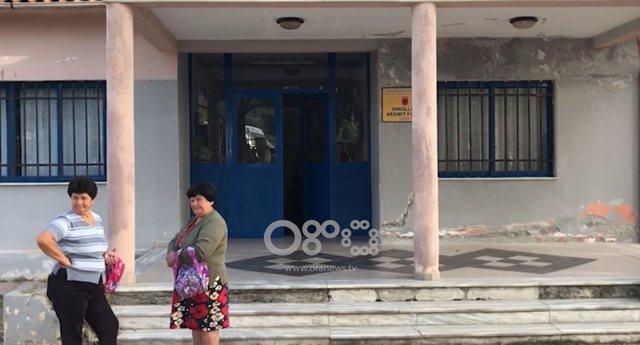Ndërtesa e dëmtuar/ Nxënësit e fshatit në Patos pa