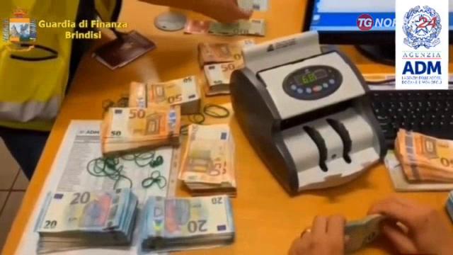 Video/ Nga Brindizi drejt Durrësit, sekuestrohen mijëra euro të