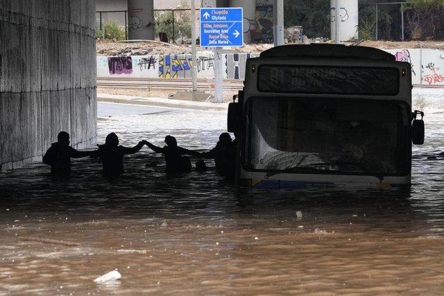 Video/ Autobusi fundoset nën ujë në Greqi, udhëtarët
