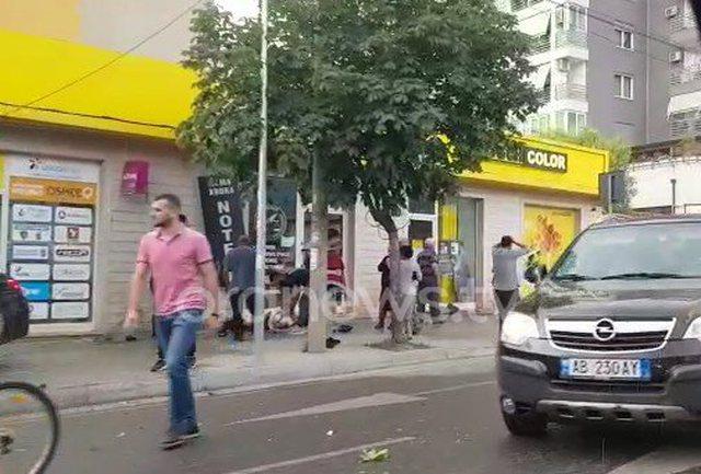 Aksident rëndë në Tiranë, makina gjymton 23-vjeçaren