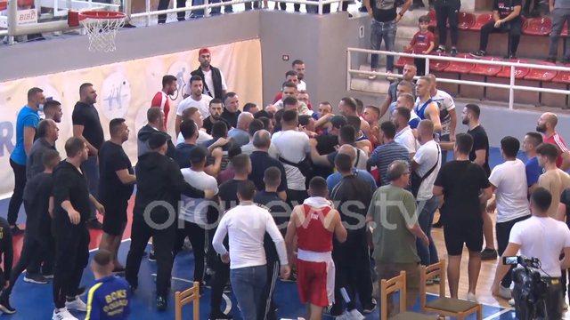 Grushta e shkelma mes tifozëve e boksierëve jashtë ringut.
