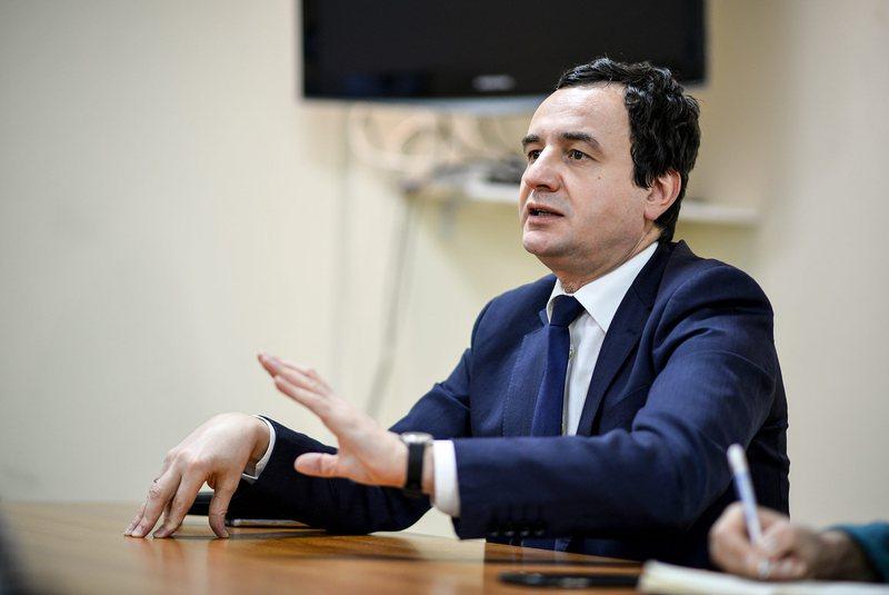 Kurti u kërkon ndihmë ambasadorëve: Kosova po dështon me
