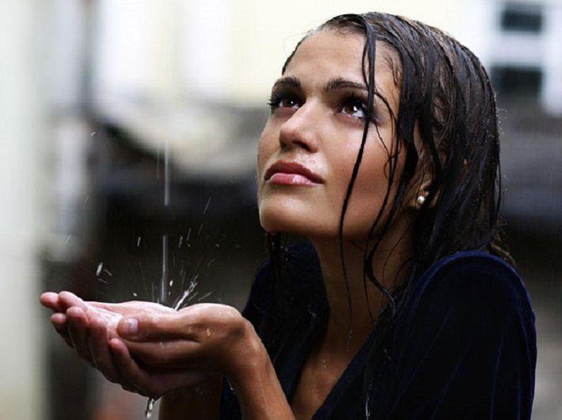 """Flokët i """"urrejnë"""" ditët me shi! Çfarë"""
