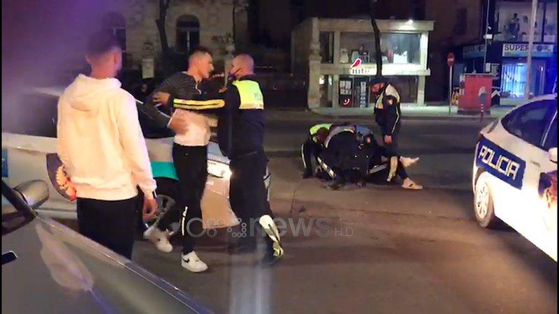 VIDEO/ Policia shtrin në tokë të riun, tjetri i kundërshton
