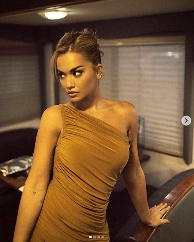 Foto/ Nuk ndalet Rita Ora, shfaqet me fustanin e ngushtë dhe