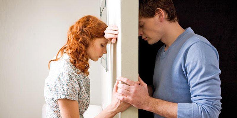 Simptomat që njerëzit përjetojnë pas ndarjes nga partneri/