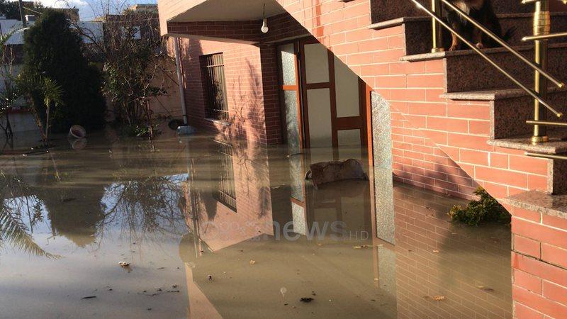 Shijak: Uji në katet e para të shtëpive, banorët shohin nga